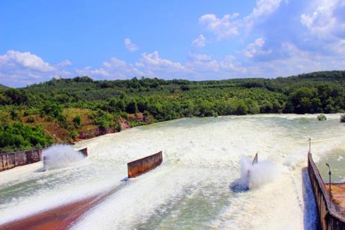 Hồ Dầu Tiếng xả nước 'cứu' người dân Sài Gòn