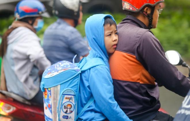 Học sinh Sài Gòn mặc áo ấm trong tiết trời se lạnh