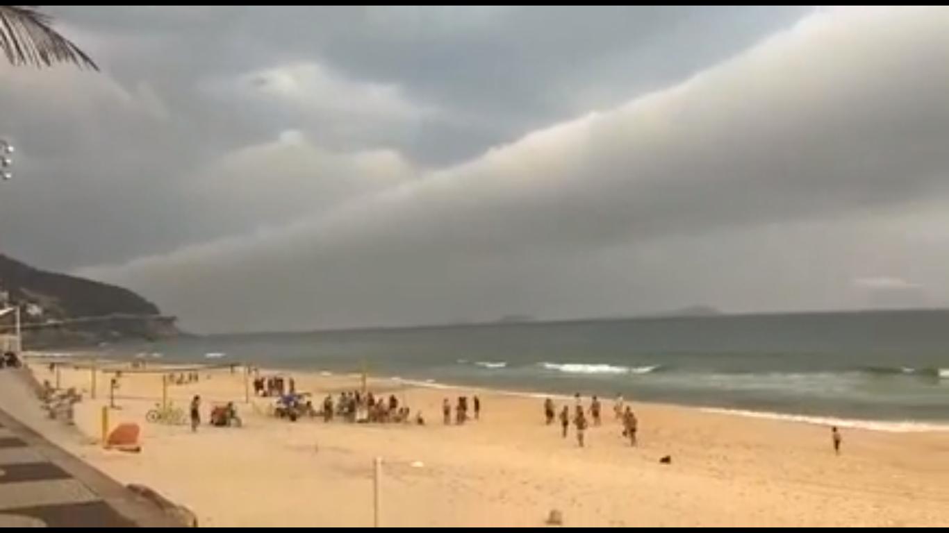 Mây cuộn dài 1.000 km vắt ngang trời